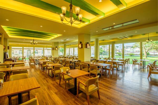 ヨーロピアンガーデンに面して、大きな窓から差し込む光で、開放的な雰囲気のレストランです。